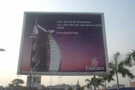 エミレーツ航空のアビジャン就航時の広告「80都市以上の目的地がもってして、あなたはドバイを訪問しなければならない街です。」