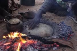 砂漠の砂でパンを焼く