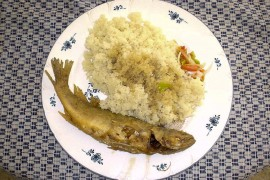 マダムMお手製の揚げ魚と特製ソースを添えたアチェケ