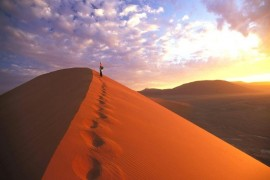 茜色に輝く砂丘