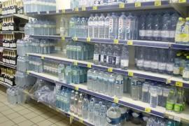 アビジャン市内のスーパーのミネラルウォーター売り場