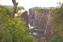 滝のザンビア側。手前の岩剥き出しの部分も、時期によっては大量の水が流れ落ちています