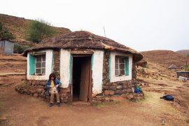 トレッキング中に宿泊したソト人の伝統的小屋。中は土間で、その上にマットと寝袋を広げて寝ます。