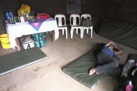 小屋の内部。女性ガイドの一人が、荷馬を引くことに疲れて休憩中。