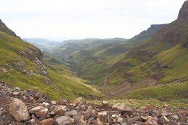 レソトと南アフリカの国境には、未舗装のつづら折の道が延びています。
