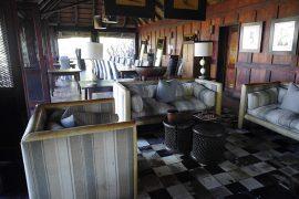 ナベハ・キャンプのラウンジ。冷蔵庫の飲み物は飲み放題でした。