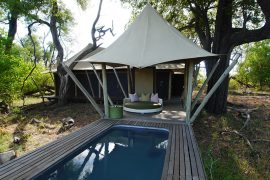 カラナ・キャンプのコテージ。テント式のようですが、壁は板造りでプライベートプール付き。