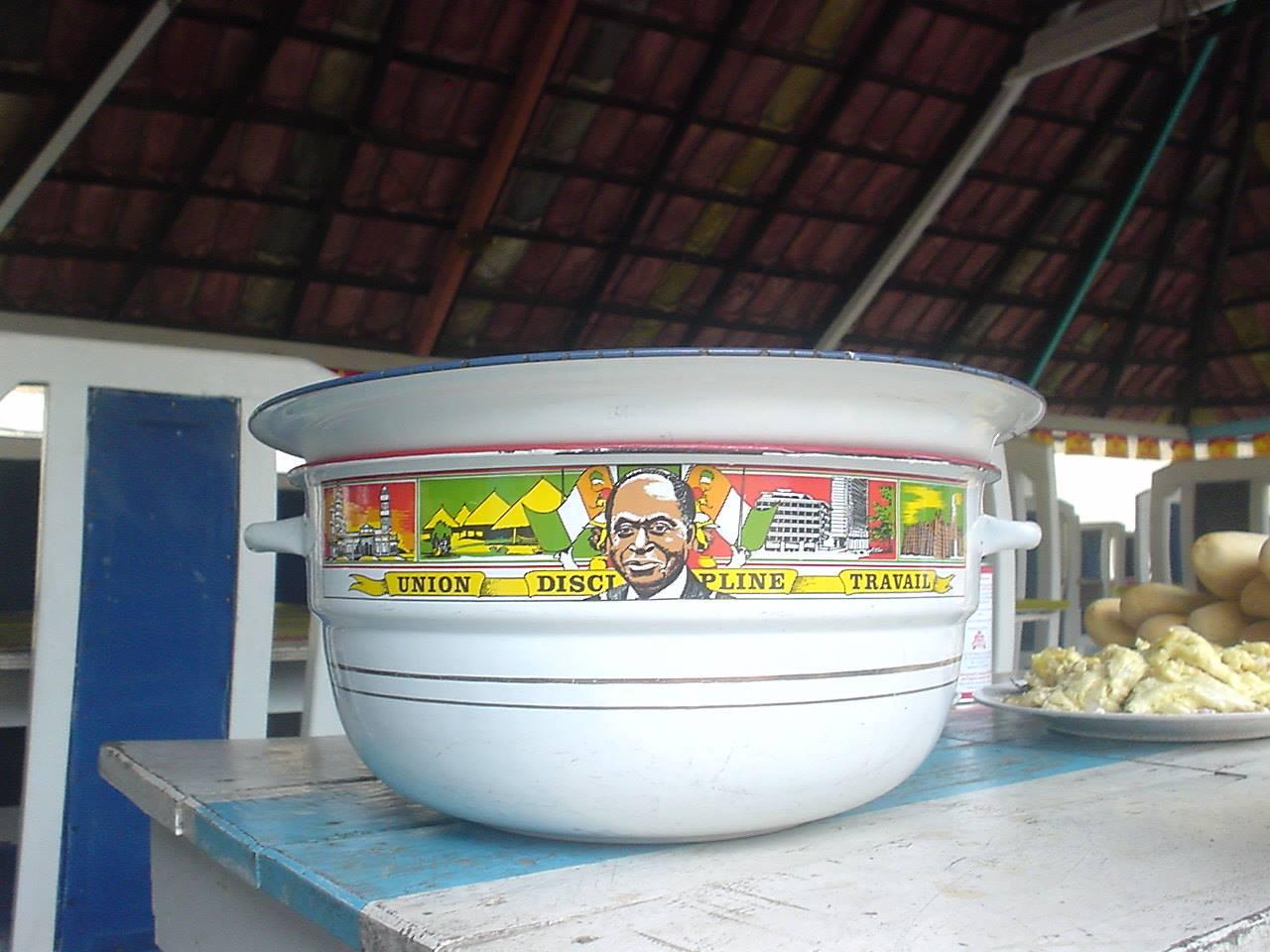 コートジボワール初代大統領フェリックス・ウフエ・ボワニ氏が描かれたホーローのタライ