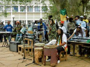週末の街かどでは、REGGAE BANDが演奏する