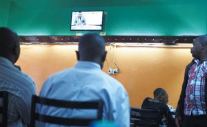 街の食堂では、食事時もニュースに夢中