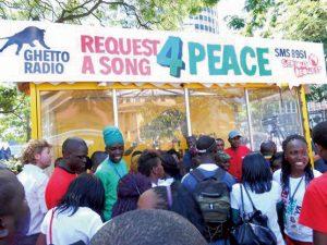 街中でラジオDJが人々を盛り上げる