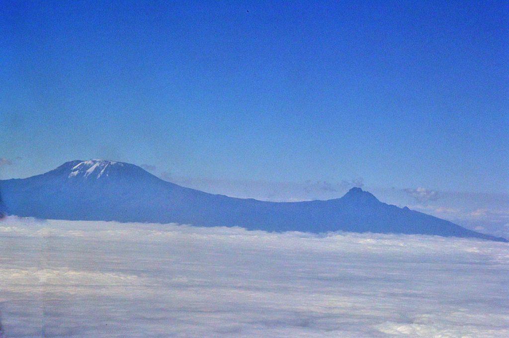 機内から撮影したキリマンジャロとマウウェンジ