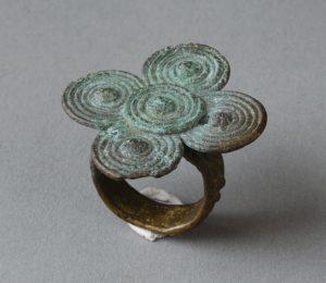 ⑤ドゴン族の水連をモチーフにした指輪