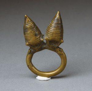 ⑥穀物庫をモチーフにした指輪。牝牛と女性の乳房を表わしているともいわれ、富と豊穣を表わす