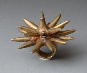 """⑧アシャンティ族の""""アサンテヘナ""""王の指輪。通常は金製"""