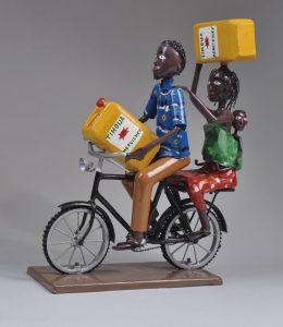 自転車で水を運ぶ家族