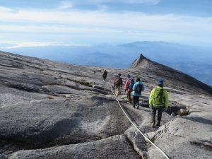 山頂付近は花崗岩の巨大な一枚岩で覆われています。