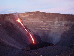 火口の途中からもマグマを噴き出すフルネーズ火山