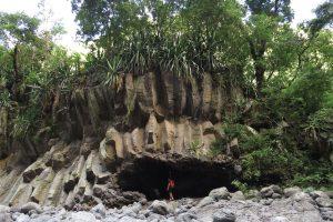 溶岩柱の下の柔らかい土壌が削られてできた天然のアーチ