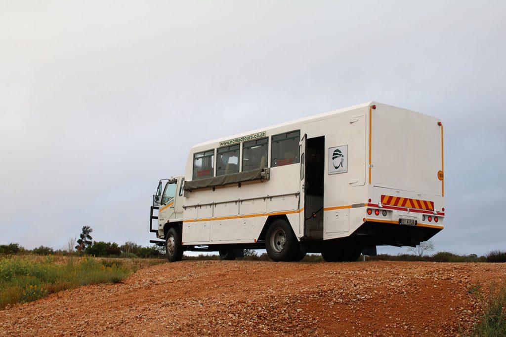 5,000キロを共にする改造トラック。キャンプに必要なテント、調理器具、マットレスなど、すべてを収納して走ります。名前は「sonny」