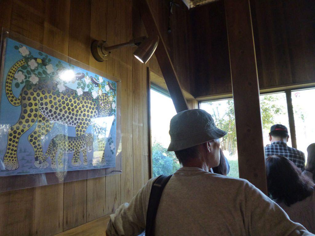 ティンガティンガの絵を発見! ズーラシアさんは、アフリカの雰囲気作りにも力を入れているんです!