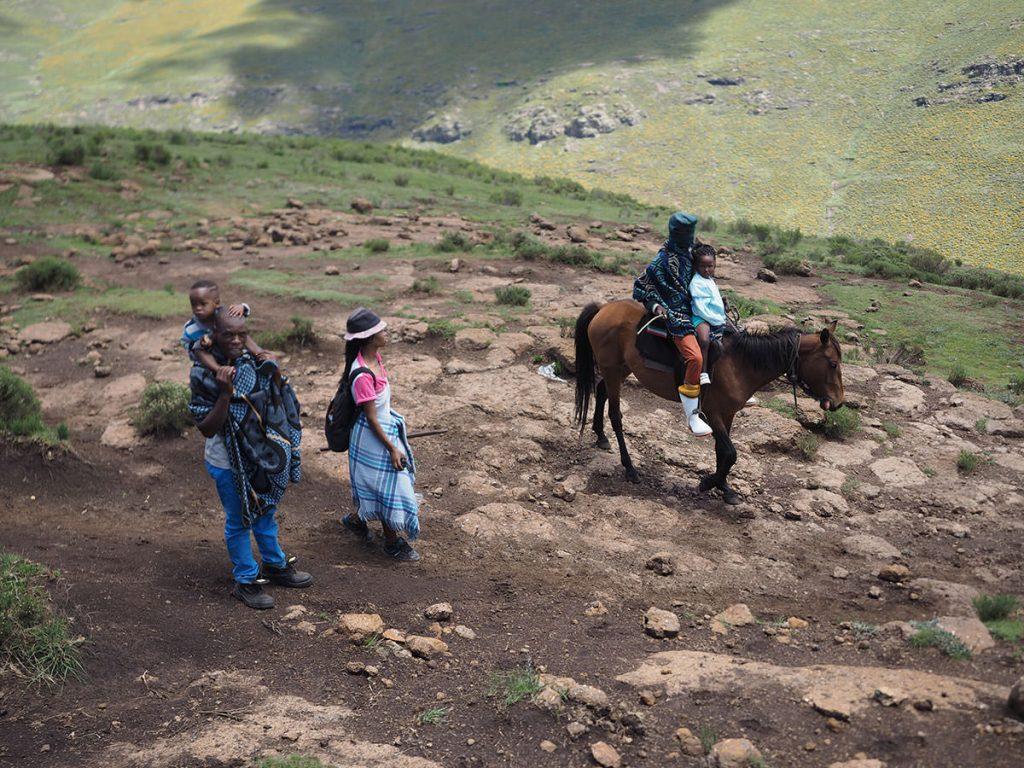 馬は地元の人々の生活の足でもある。