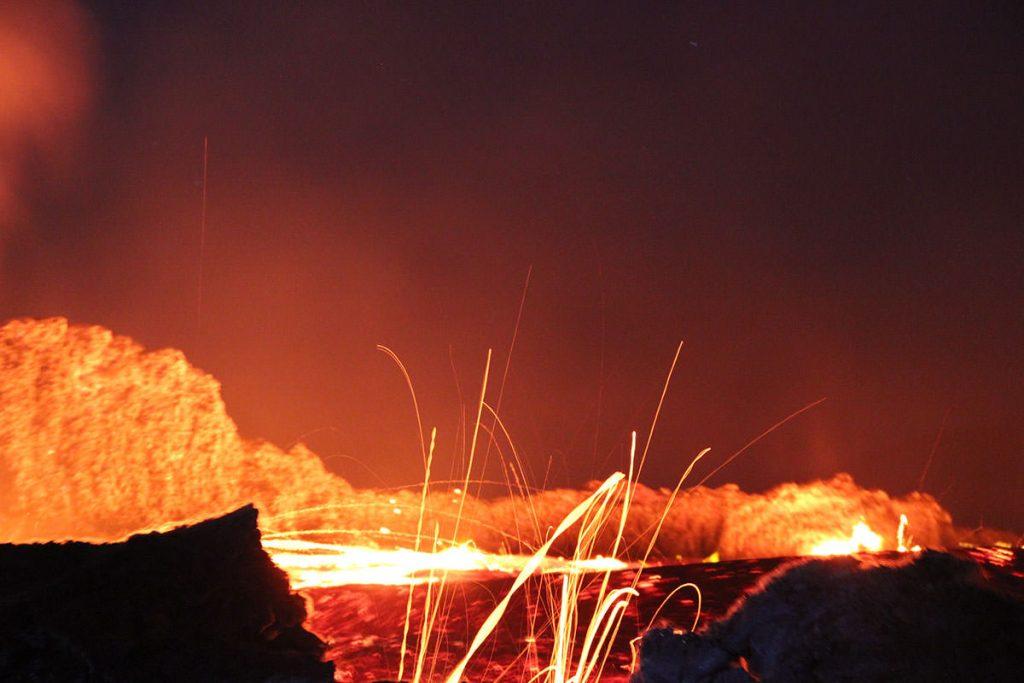 活発に活動する溶岩湖。