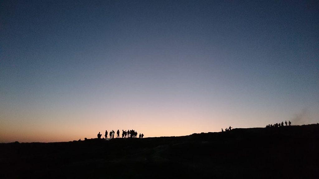 日の出前の幻想的な風景が広がります。