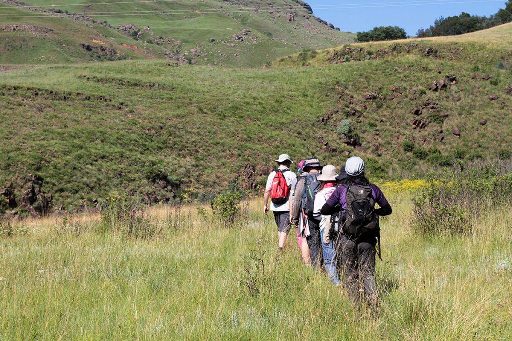 岩絵を目指してハイキング1
