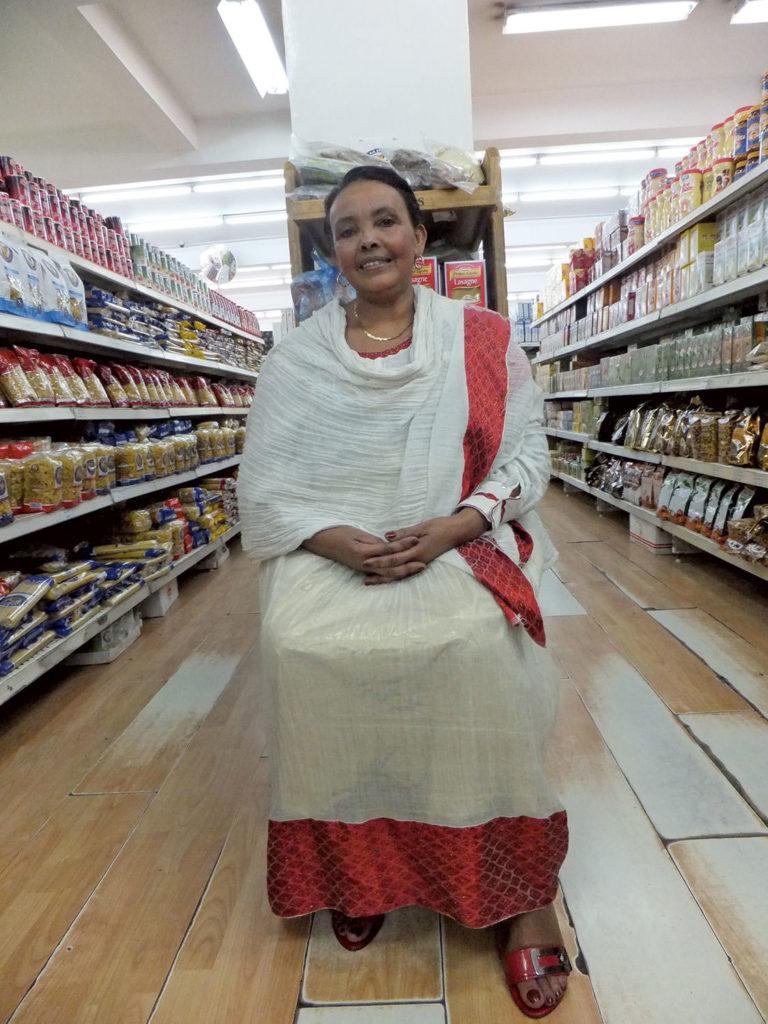 伝統衣装「アベシャ・リブス」を纏う女性