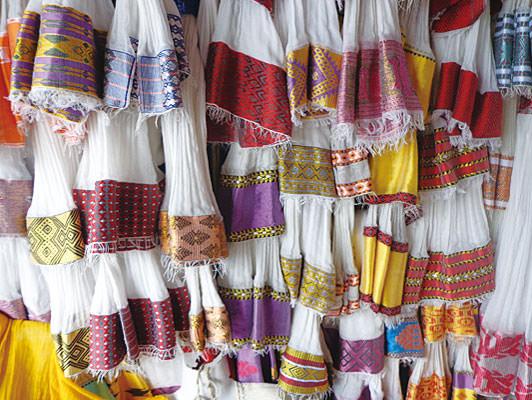 伝統的な柄「ティベブ」が織り込まれている綿ショール「ナタラ」