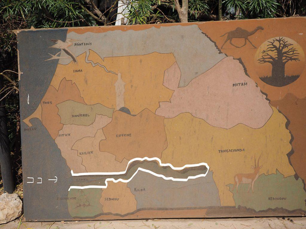 白枠の中がガンビアです。周囲をセネガルに囲まれています。