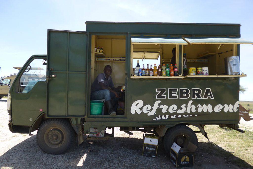 公園内でランチを食べていると、ドリンクを販売する車が!冷えたビールやソーダなどが飲めます♪