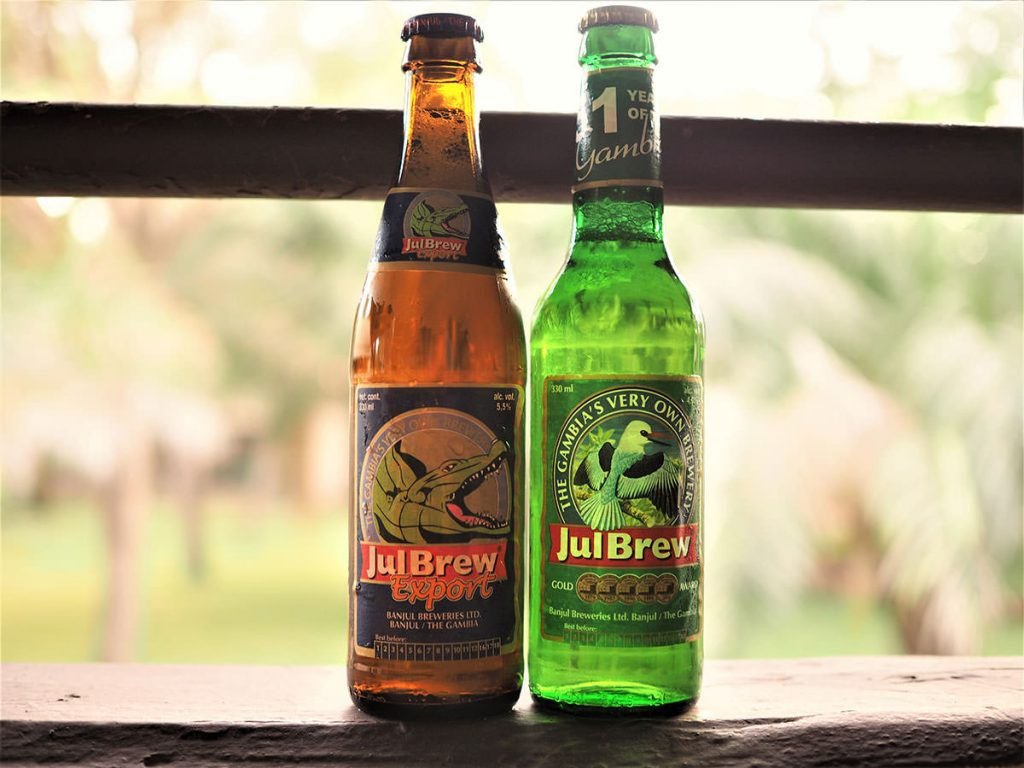 無事に入国後はホッと一息。ガンビアといえばこれ、Jul Brewビールです。