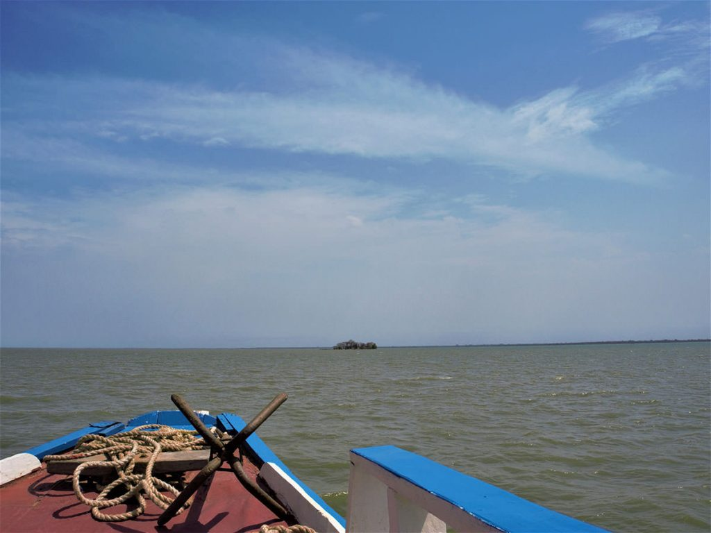 遠く、クンタキンテ島が見えてきます。