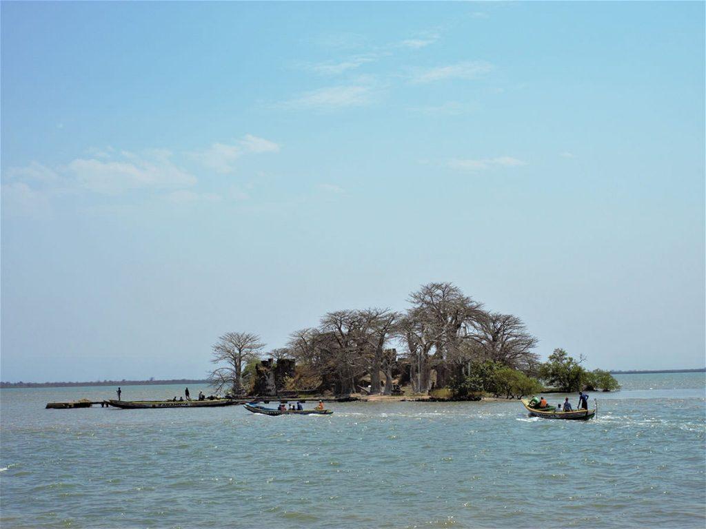 沖で小舟に乗り換えて島へと近づきます。