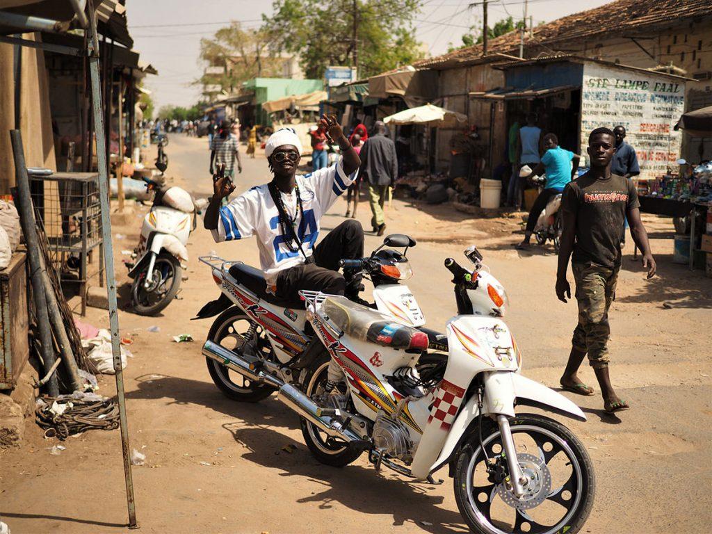 セネガルに入った途端、喧噪と共に陽気な連中がお出迎え。