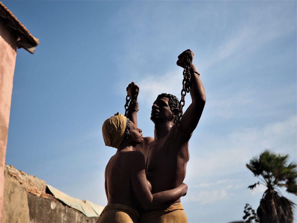 奴隷貿易の積み出し港の跡が残るゴレ島。