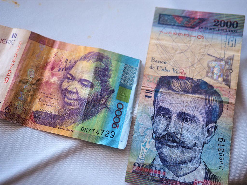 2014年からは紙幣にもセザリア・エヴォラさんが使われています。お隣は先代のエウジェニオ・デ・パウラ・タヴァレスさん。カーボ・ヴェルデの詩人です。アフリカ各国の紙幣は歴代大統領の肖像画等が使われることが多いですが、この国は端々に文化の香りが覗きます。