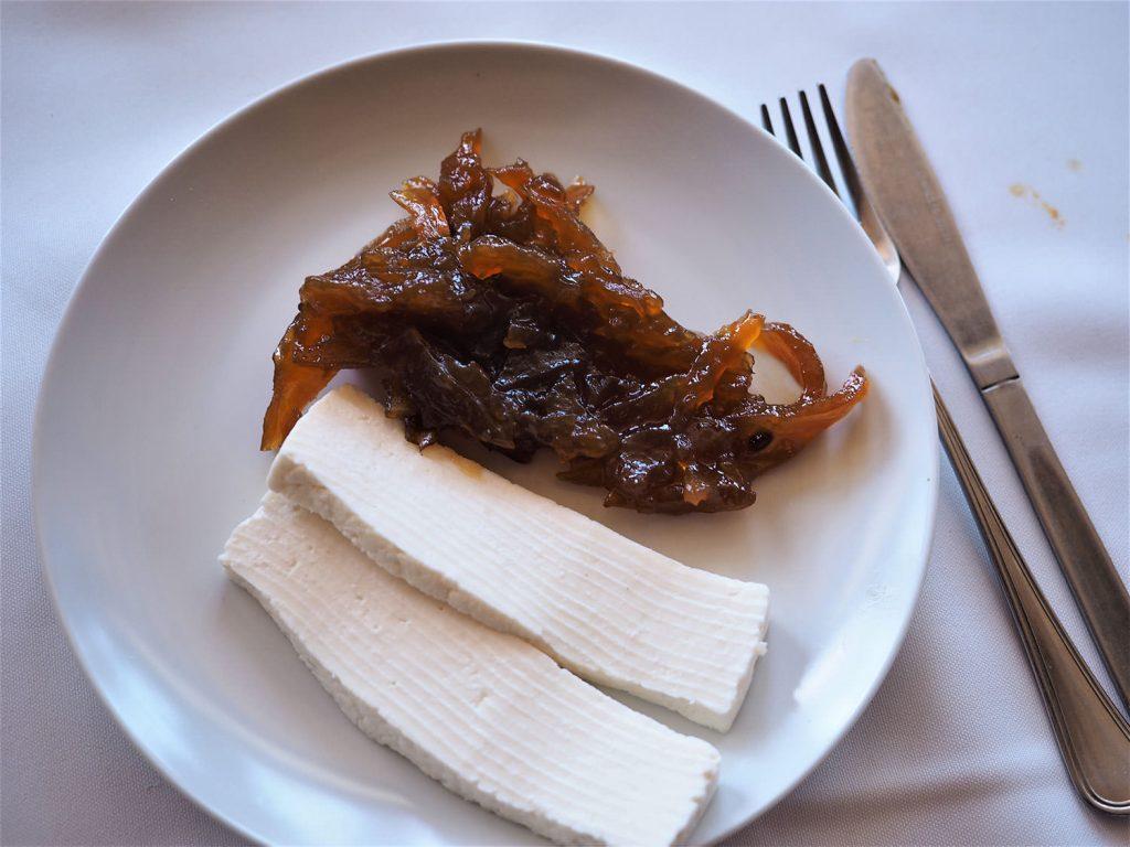 デザートはQueijo (ヤギのチーズ)とPapaya Jam(パパイヤ・ジャム)の和え物。クセになる味です。