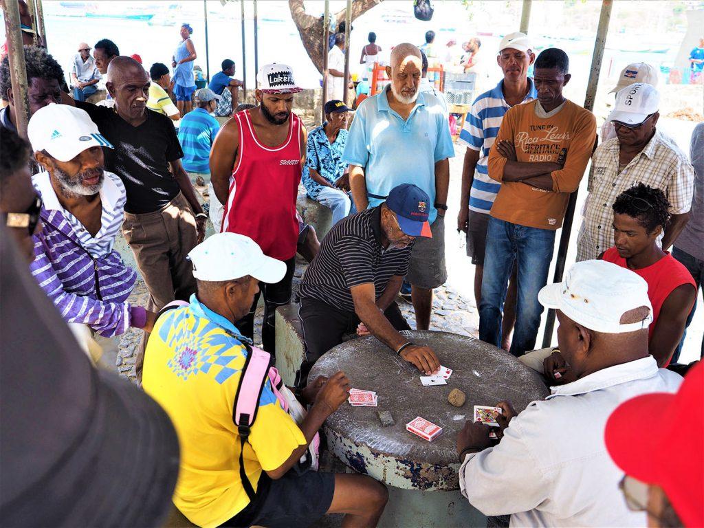 ミンデロの魚市場は午前の競りが終わると、仕事を終えた漁師たちの憩いの場へと早変わり。