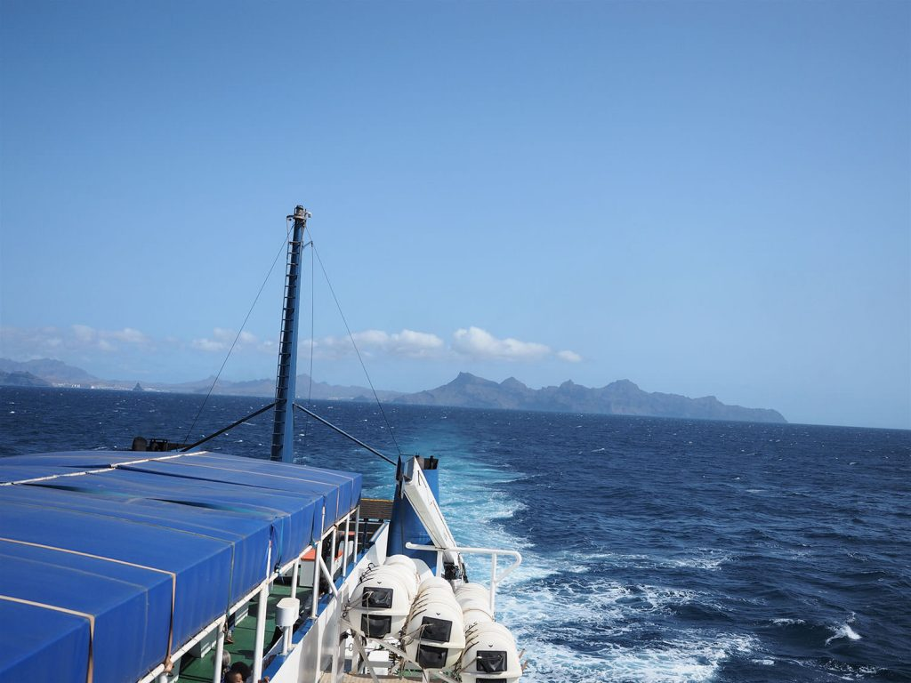 フェリーで、島から島へと向かいます。