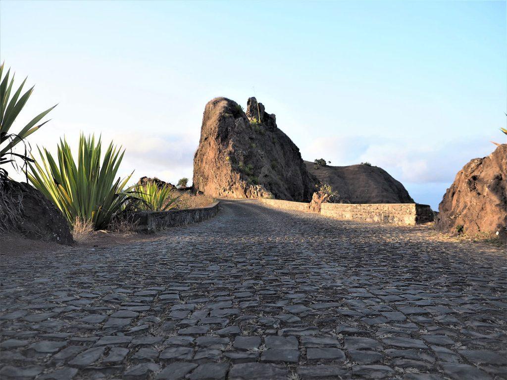ひたすら山間部の村に住む人々の生活路でもある石畳の道が続きます。