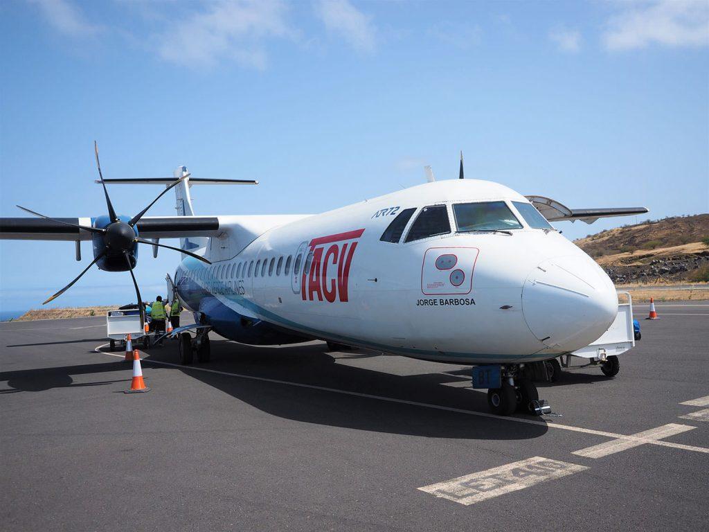 カーボ・ヴェルデ航空の飛行機でフォゴ島到着。この旅、4種類目の航空会社です。