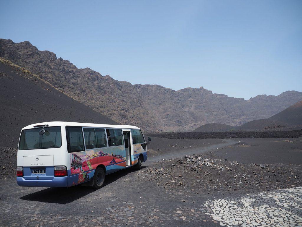 カルデラ(火口原)内にある村まではバスで登ります。