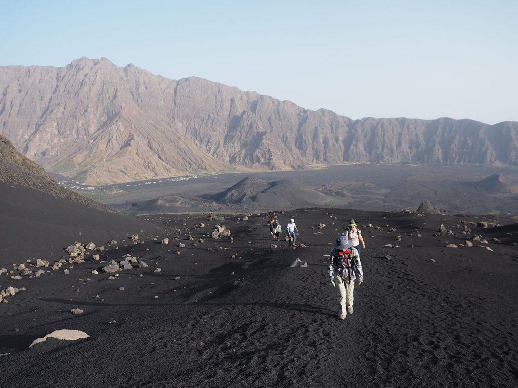 登り始めから、暫くはなだらかな砂地が続きます。遠く向こう側に聳える外輪山も美しいです。