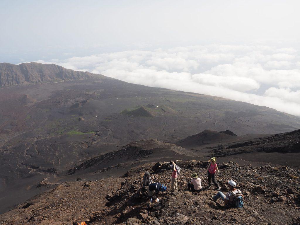 ガレ場に変わったあたりでひと休憩。雲海の先には大西洋が広がります。