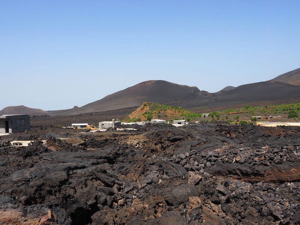 村を飲み込んだ溶岩流が、そのまま冷えて固まり地面となっています。