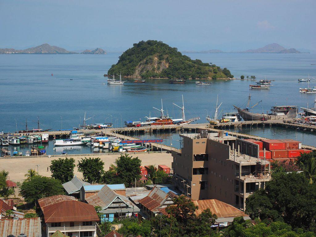 フローレス島の港町、ラブアン・バジョー。港の真ん中に乗り込む船が停泊しています