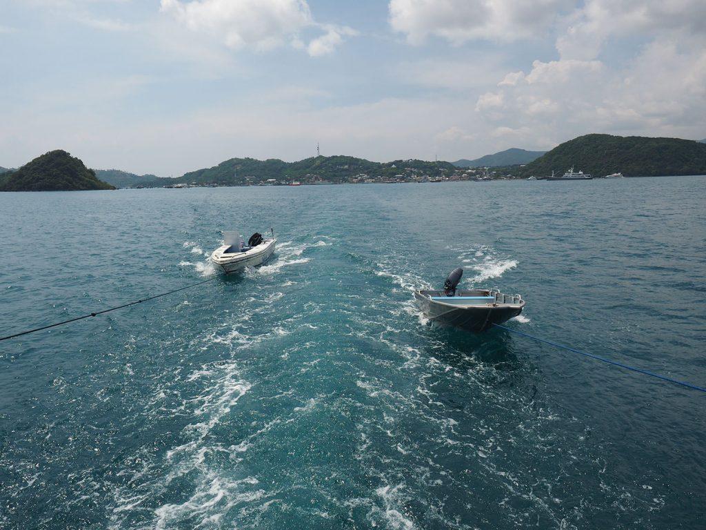 カッターボートを曳航し、このボートに分乗して各島に上陸します